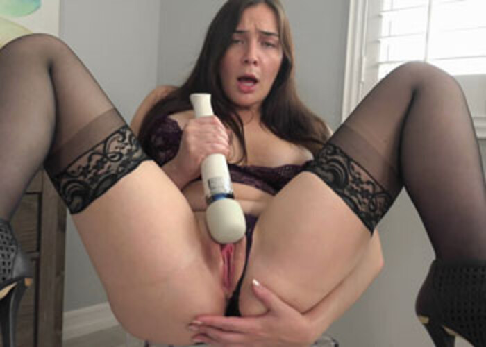 Blair Williams has a quickie with her Hitachi